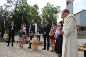 Taufe am Pfarreibrunnen (6. Mai)